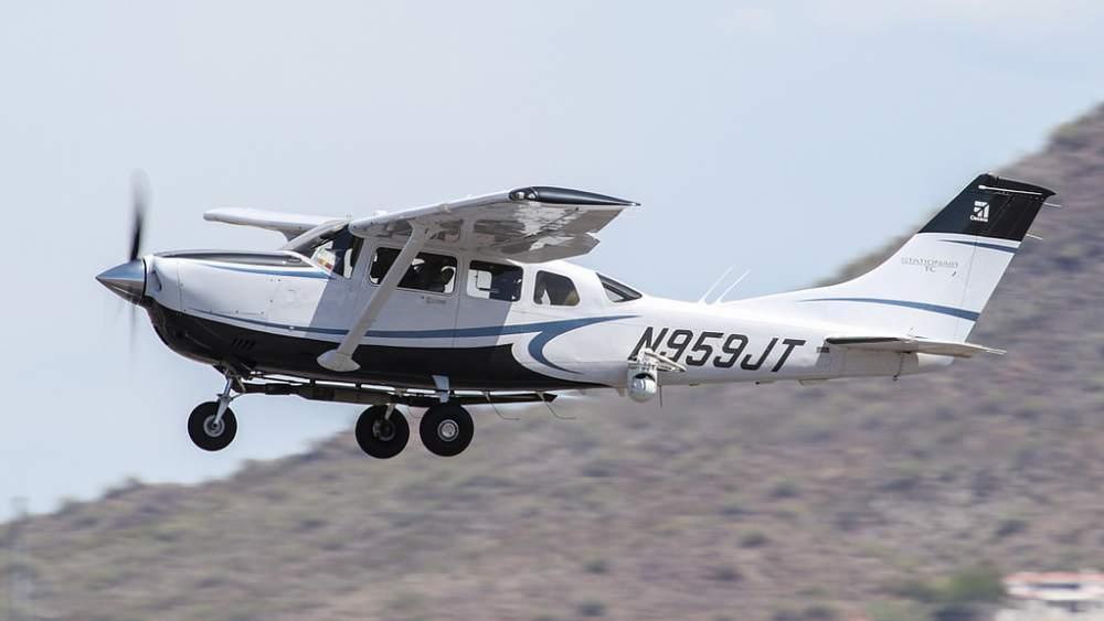 T206 takeoff Chris Kennedy Flickr.jpg